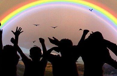 Děti, duha, západ slunce
